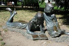 Пам'ятник читаючим дітям в графстві Суррей, Великобританія.