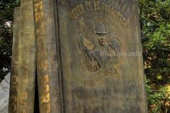 Памятник-книзі-в-Фолсома-США