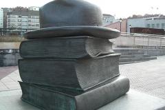 Скульптура іспанського художника Едуардо Еркуло «Книги, які нас об'єднують» (пам'ятник стоїть в Ов'єдо, Іспанія).