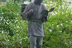 В багатьох містах Японії встановлені пам'ятники Кідзіро Ніномія з книгою в руках.