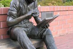 """Скульптура """"Їжа поза домом""""  з бібліотеки Саннівейл. Каліфорнія. США."""