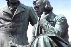 Статуя братів Грімм на їх батьківщині в Ханау, Німеччина